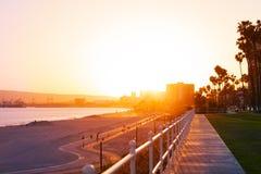 Härlig solnedgång över den Long Beach kustlinjen arkivfoto