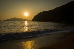 Härlig solnedgång över det japanska havet i Primorye, Ryssland arkivfoto