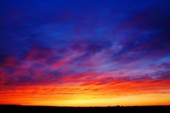 Härlig solnedgång över fält Royaltyfria Foton