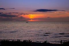 Härlig solnedgång över fartyget på Adriatiskt havet i Italien Arkivbilder