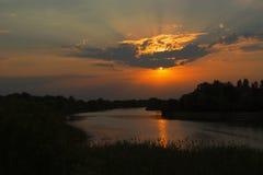Härlig solnedgång över floden arkivbilder
