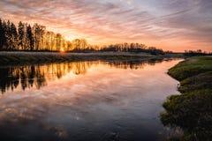Härlig solnedgång över floden Musa, Litauen Royaltyfri Foto