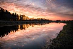 Härlig solnedgång över floden Musa, Litauen Royaltyfri Fotografi