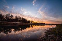 Härlig solnedgång över floden Musa, Litauen Arkivbild