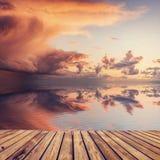 Härlig solnedgång över havet med reflexionen i vatten, majestätisk clo royaltyfria foton