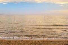 Härlig solnedgång över havet och två stänger Royaltyfri Fotografi