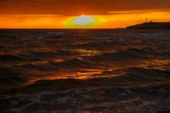 Härlig solnedgång över havet, scenisk seascape vid perfekt tajming, när solnedgången över havshorisont är härlig arkivfoton