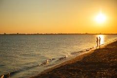 Härlig solnedgång över havet, scenisk seascape vid perfekt tajming, när solnedgången över havshorisont är härlig royaltyfria foton