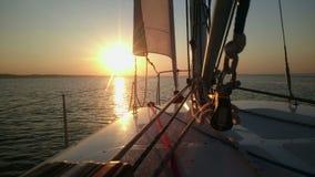 Härlig solnedgång över havet, sikt från segelbåten, segling, lyxig hobby, semester stock video