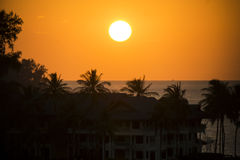 Härlig solnedgång över hotell på kust av havet Royaltyfria Bilder