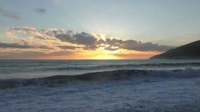 Härlig solnedgång över kusten stock video