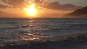 Härlig solnedgång över kusten arkivfilmer