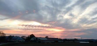 Härlig solnedgång över ladugård i Tjeckien fotografering för bildbyråer