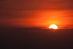 Härlig solnedgång över mörka moln Royaltyfri Fotografi