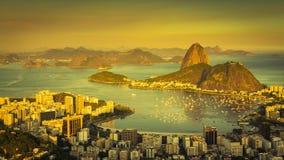 Härlig solnedgång över Rio de Janeiro som panorerar den Tid schackningsperioden arkivfilmer