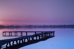 Härlig solnedgång över sjön Royaltyfria Bilder