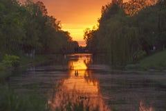 Härlig solnedgång över sjön med himlen Royaltyfria Bilder