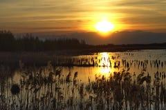Härlig solnedgång över sjön med himlen Arkivfoto