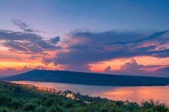 Härlig solnedgång över sjön på Lam Ta Khong Reservoir Arkivbild