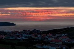 Härlig solnedgång över staden vid havet fotografering för bildbyråer