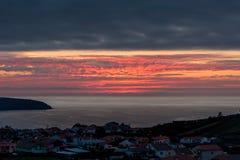 Härlig solnedgång över staden vid havet royaltyfri fotografi