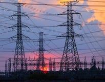 Härlig solnedgång bak bruk för gods för elektricitetsväxtbransch som Royaltyfria Bilder