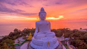 härlig solnedgång bak Phuket den stora Buddha Arkivbild