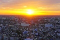 Härlig solnedgång bak staden Arkivfoton