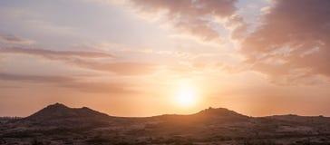Härlig solnedgång bland stenkullar royaltyfria foton