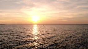 Härlig solnedgång eller soluppgång över havet, flyg- sikt Marin- tropisk solnedgång över havet Flyg- sikt: Solnedgång över havet arkivfilmer