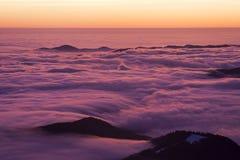 Härlig solnedgång eller soluppgång ovanför molnen Arkivfoton