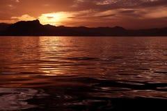 härlig solnedgång för havreflexionsseascape Arkivbild