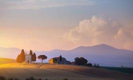 Härlig solnedgång för konst i Tuscany; Italien landskap royaltyfria foton
