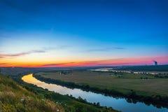 Härlig solnedgång för naturlandskappanorama med den dramatiska himmel och floden i dalen Royaltyfri Foto