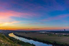 Härlig solnedgång för naturlandskappanorama med den dramatiska himmel och floden i dalen Royaltyfria Bilder