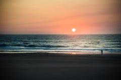 härlig solnedgång för strand Arkivbilder