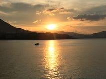 härlig solnedgång Härligt förlägga royaltyfria foton