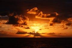 Härlig solnedgång i Atlantic Ocean med att förbluffa moln Royaltyfria Foton