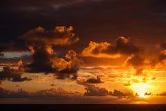 Härlig solnedgång i Atlantic Ocean med att förbluffa moln Arkivbild