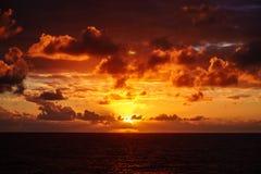 Härlig solnedgång i Atlantic Ocean med att förbluffa moln Royaltyfria Bilder