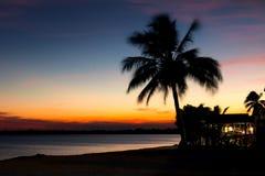 Härlig solnedgång i den Playa Larga stranden, fjärd av svin, Matanzas, gröngöling Arkivfoto