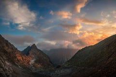 Härlig solnedgång i det höga berget arkivbild