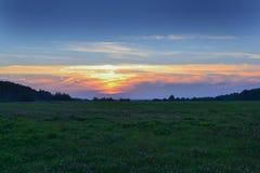 Härlig solnedgång i fältet Röd, gul blå himmel 100f 2 8 28 för kameraafton f för 301 ai velvia för sommar för nikon s för fujichr fotografering för bildbyråer