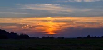 Härlig solnedgång i fältet Röd, gul blå himmel 100f 2 8 28 för kameraafton f för 301 ai velvia för sommar för nikon s för fujichr royaltyfri bild