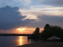 Härlig solnedgång i fjärden på floden arkivbild