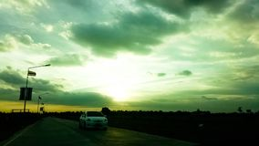 Härlig solnedgång i himlen arkivfoto