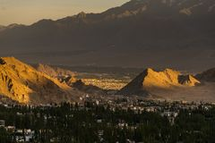 Härlig solnedgång i lehstad, sikt från shantistupa royaltyfri foto