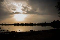 Härlig solnedgång i sjön i moravia i europa Arkivfoto
