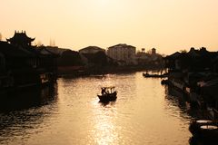 Härlig solnedgång i Zhujiajiao den forntida staden, Kina Traditionell kinesisk arhitecture, skepp på vatten, flod royaltyfri fotografi