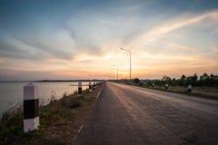 Härlig solnedgång längs vägen på behållaren Fotografering för Bildbyråer